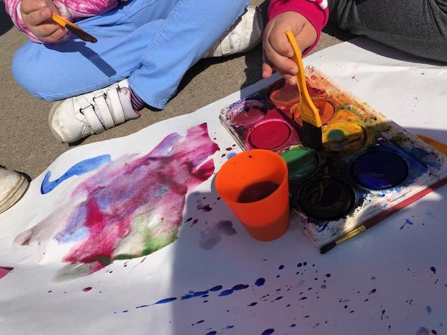 Elever målar med vattenfärger.