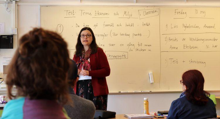Anna Ekström pratar i klassrum.
