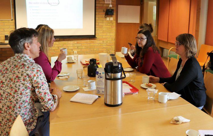 Anna Ekström dricker kaffe med personal på SFI.