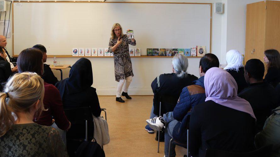 Kvinna föreläser i klassrum.