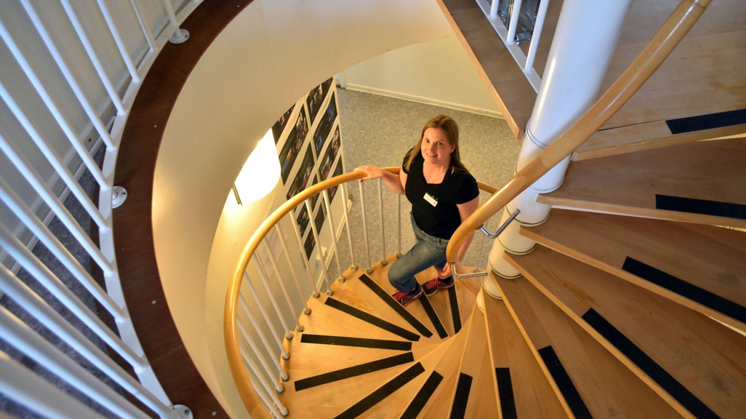 Isabelle Åkerström, utvecklingspedagog i Pedagogiska utvecklingsteamet i område norr, går uppåt i en spiraltrappa.