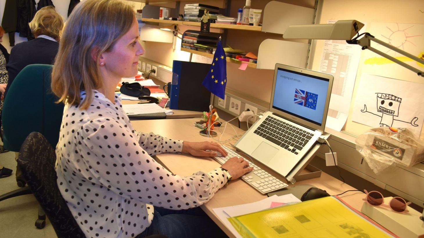 Sigrid Malmqvist arbetar vid datorn i Borgarskolans tillfälliga lokaler på Pauliskolan.