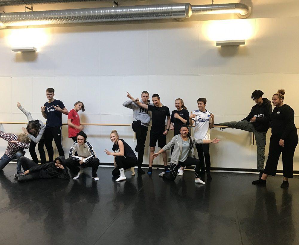 Elever i danssal.