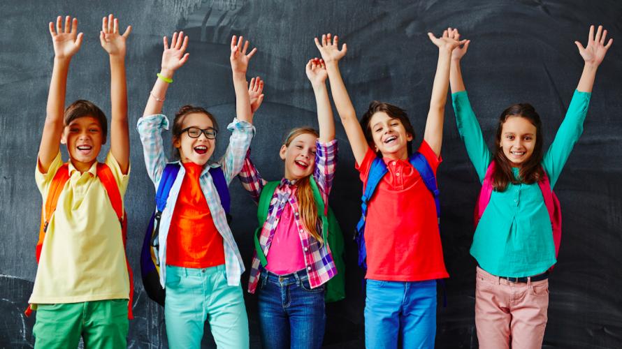Elever ler och sträcker upp händerna.