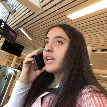 Elev pratar i telefon.