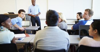 Grupp av vuxna elever i klassrum.