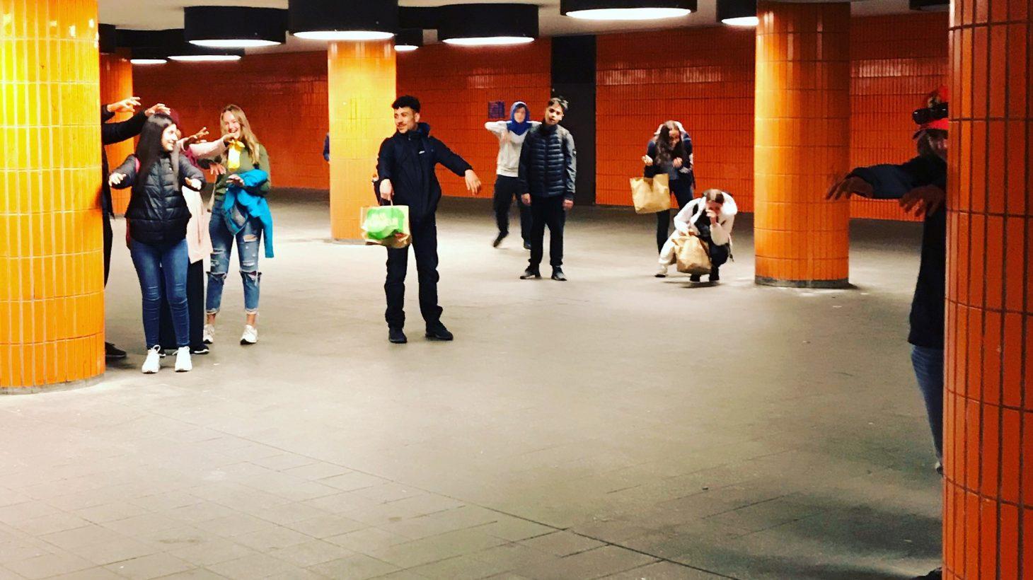 Elever vid tunnelbanestation.
