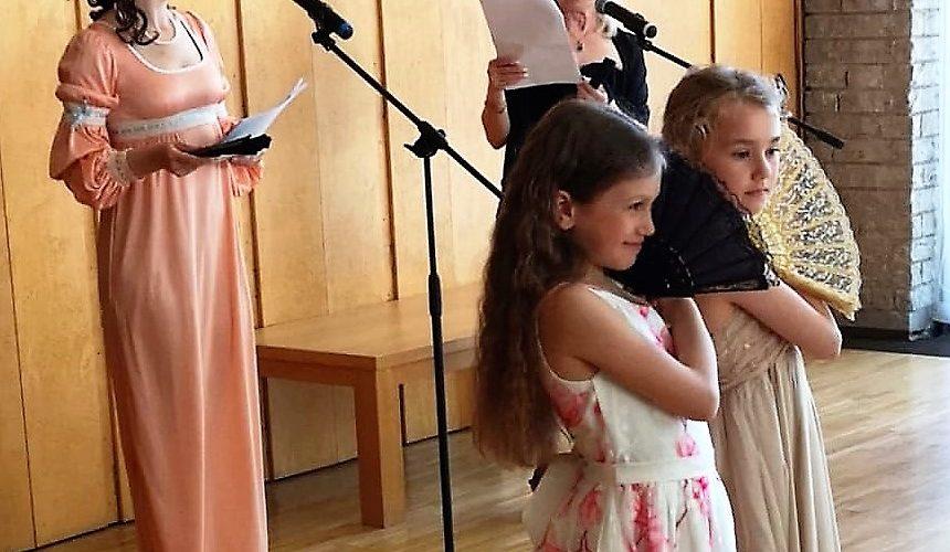 Natalja Perkova och Eva Selghed med sina årskurs två elever Mariam Kandil från Kristianstad och Emilia Vestam, Malmö. på scen.