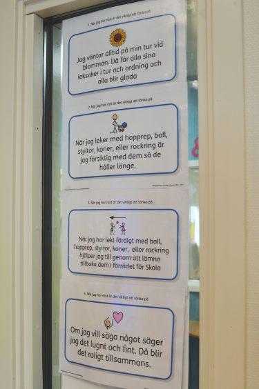 Uppsatt skylt på olika förhållningssätt kring hur elever ska bete sig på rasten.