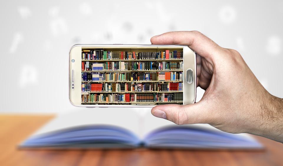 Telefon visar bokhyllor fulla med böcker.