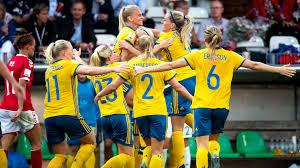 Svenska landslagsspelare i fotboll jublar.