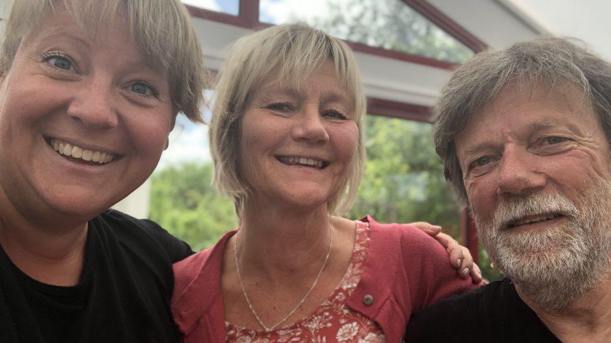 Ida Nordborg, Ingrid Bogren och Per Dahlbeck. står och håller om varandra.