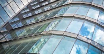 Massor av glasfönster i grodperspektiv.