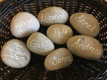 Stenar med namn i en korg