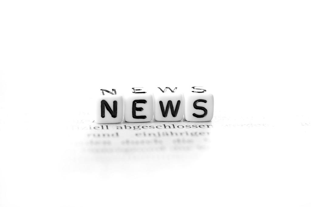 Bokstäver på vita tärningar som bildar ordet NEWS