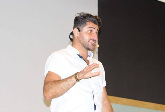 Charbél Gabro föreläser.