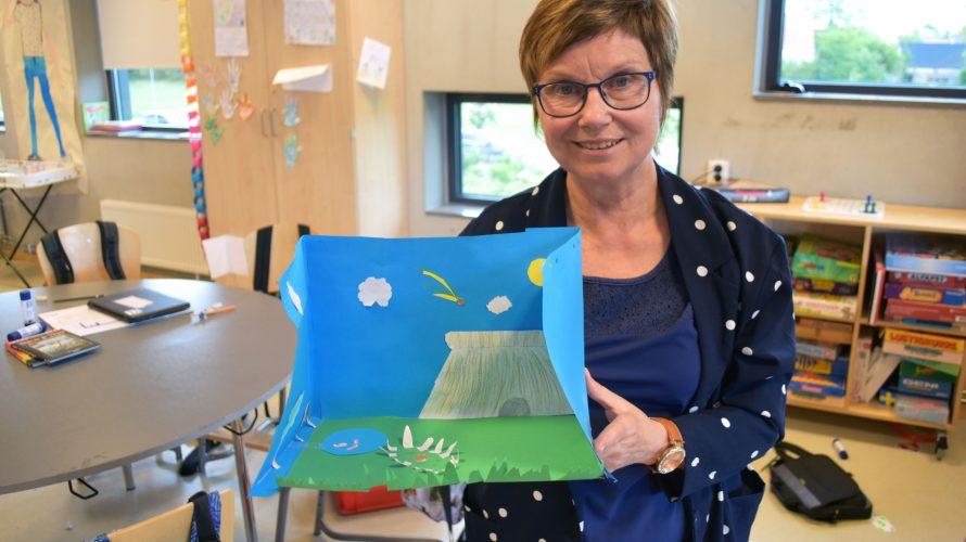 Läraren Charlotte Malmberg visar upp ett tittskåp som hennes elever i årskurs tre gjort i ett projektarbete om bronsåldern.