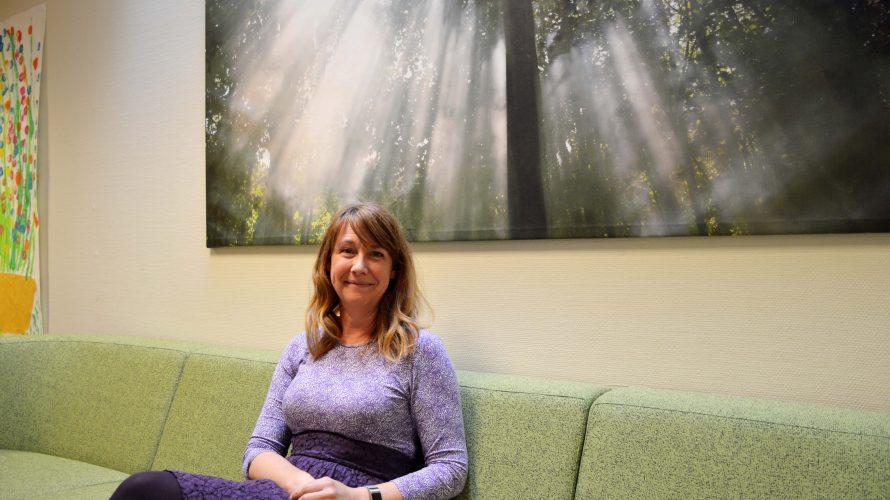 Jeanette Friberg, lärare på Lindängegrundsärskola sitter i en soffa utanför ett klassrum.