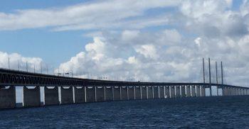 Öresundsbron sträcker sig över havet.