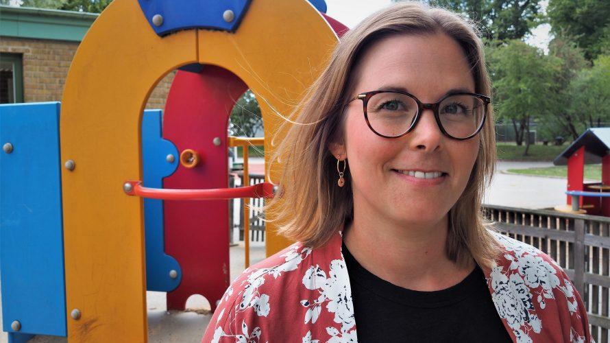 Förste förskolelärare Maria Bernfri framför en lekplats.