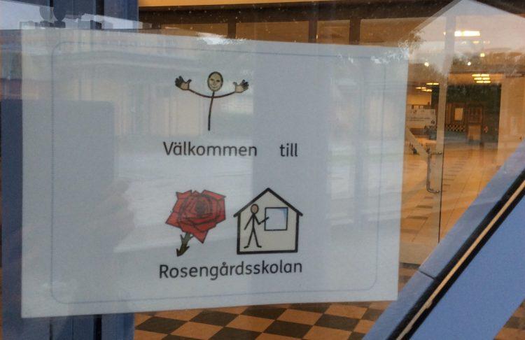 Skylt med bildstöd som välkomnar in till Rosengårdsskolan.