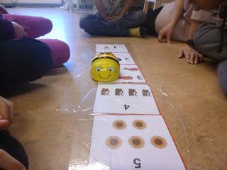 Elever på Lindängegrundsärskola har samlats kring en bee-bot på golvet i klassrummet.