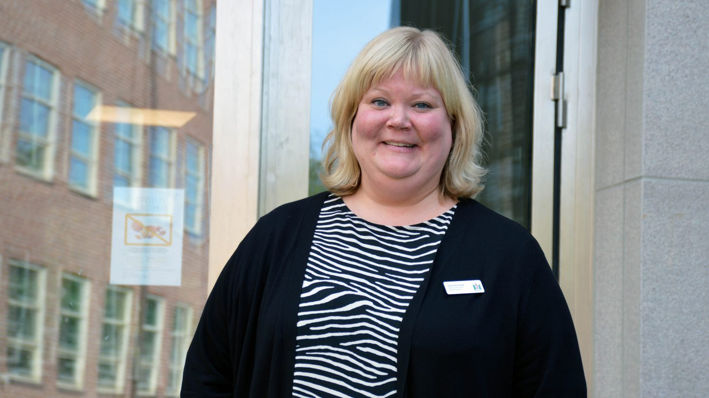 Charlotte Drene administrativ chef Fågelbacksskolan står framför skolan.