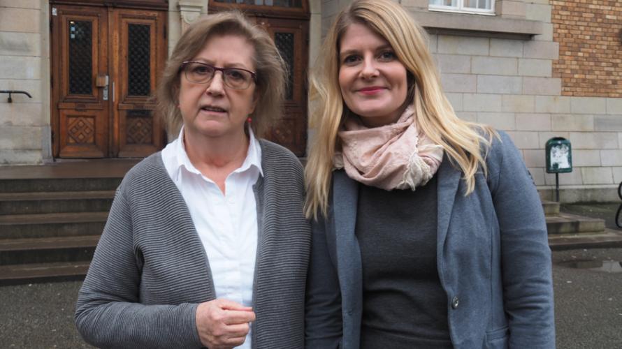 Eva Henriksson Garatea och Emma Wiking framför entrén till S:t Petri Skola.