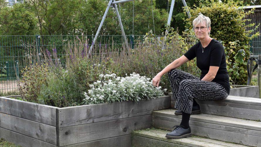 Kitte De Bruyn, förskollärare på Sege parks förskola, sitter på ett trädäck på förskolans gård.
