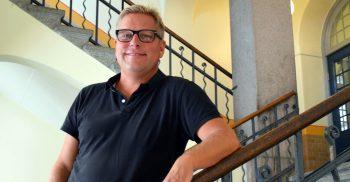 Pär Blondell står i stora trappan på Johannesskolan