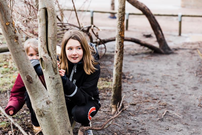 Barn leker i träd.