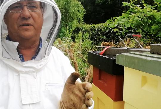Birger Emanuelsson i skyddskläder som är lämpliga när man arbetar med bin.