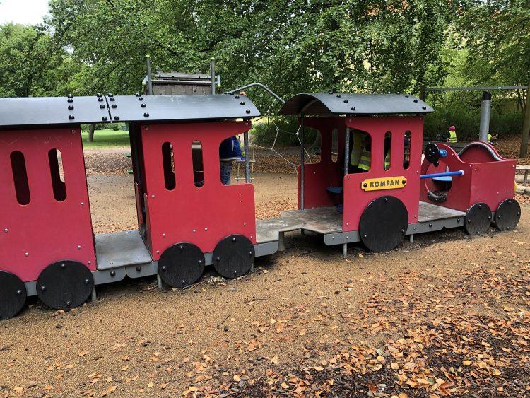 Tåg på lekpark.
