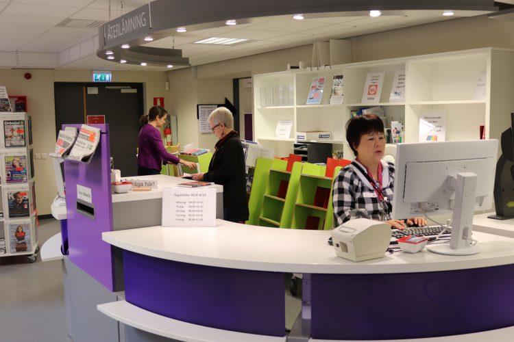 Kvinnor jobbar i biblioteksdisk.