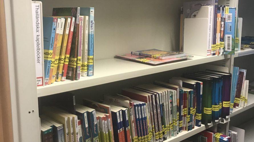 Böcker på flera olika språk i bokhyllor
