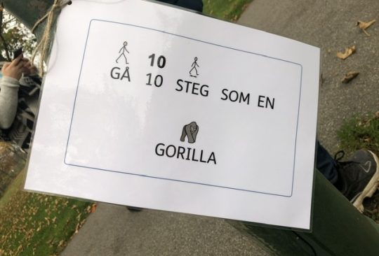 """Laminerad skylt där det står """"gå tio steg som en gorilla""""."""
