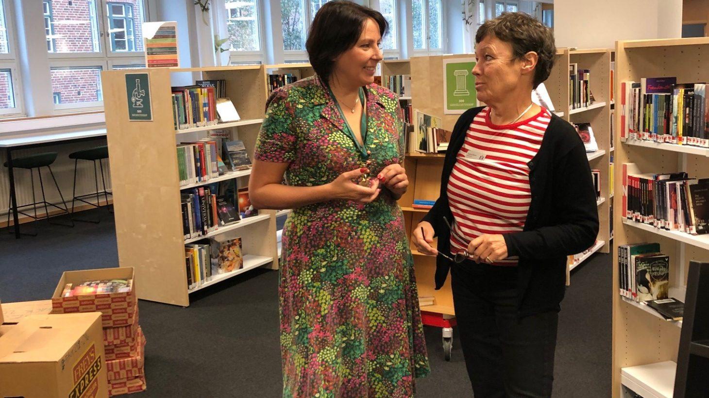 Eva Akenine och Annette Gillholm, bibliotekarier