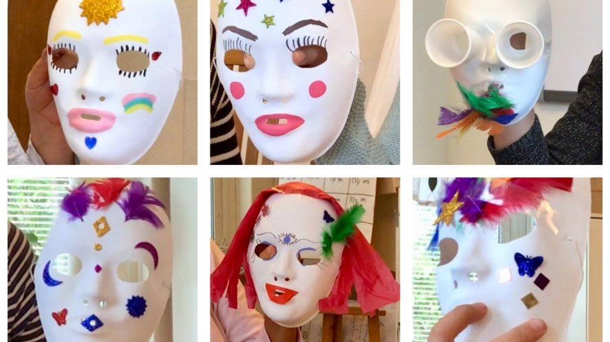 Fägglada masker med fjädrar och paljetter.
