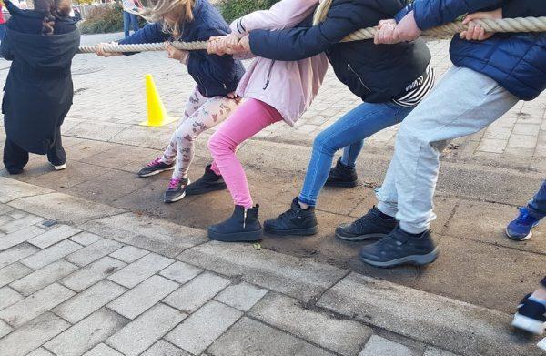 Barn drar dragkamp.