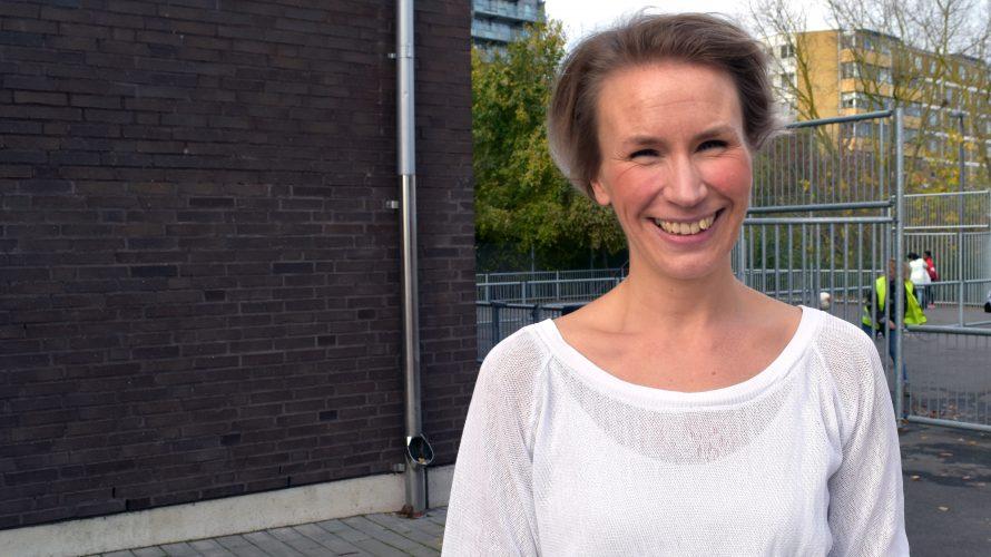 Heidi Uddeskog, musik- och engelskalärare, står på Lorensborgsskolans gård.