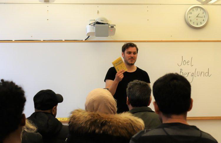 Joel Berglund föreläser i klassrum.