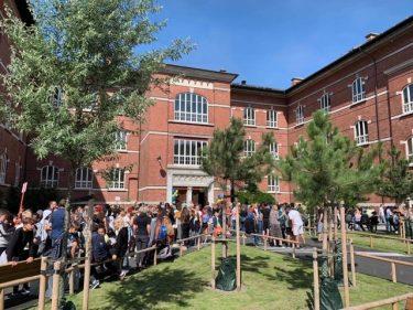 Massor av människor på Mellersta Förstadsskolans skolgård.