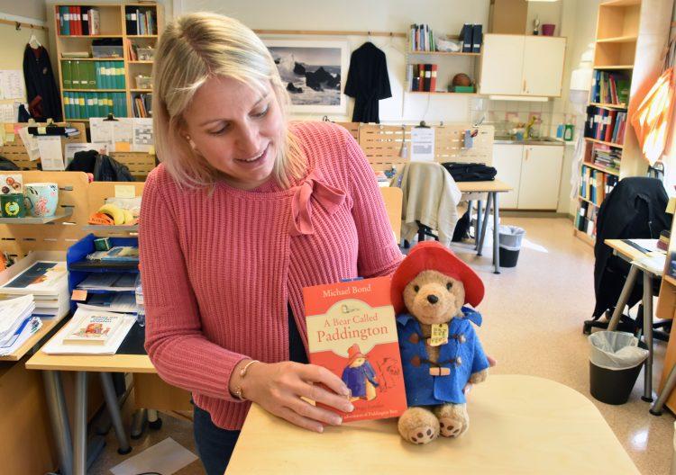 Malin Arvidsson, engelskalärare på Munkhätteskolan i Malmö, med en Paddington-bok och en Paddington-docka.