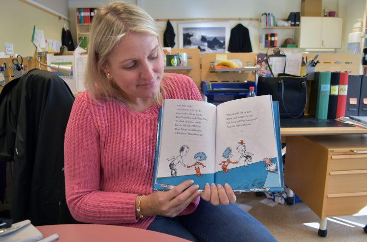 """Malin Arvidsson, engelskalärare på Munkhätteskolan i Malmö, visar ett uppslag i boken """"The cat in the hat""""."""