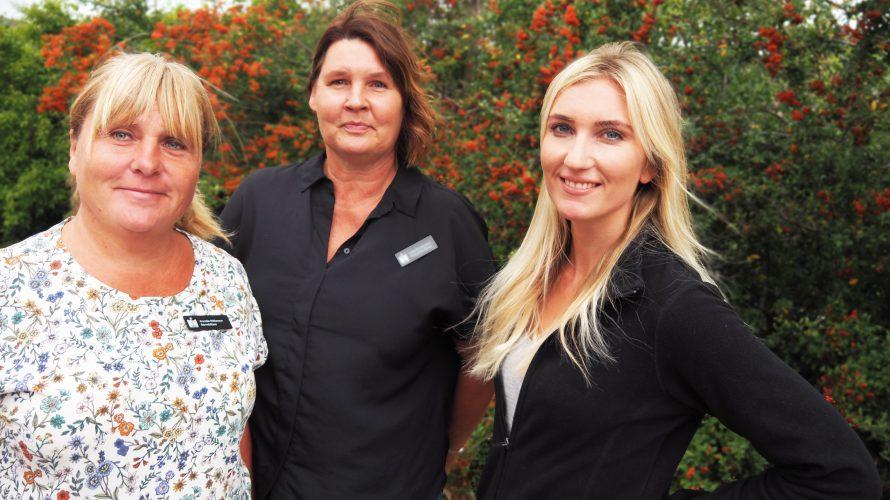 Annelie Niklasson, Lotta Christansson och Sandra Lagerholm står framför en rönnbärsbuske.