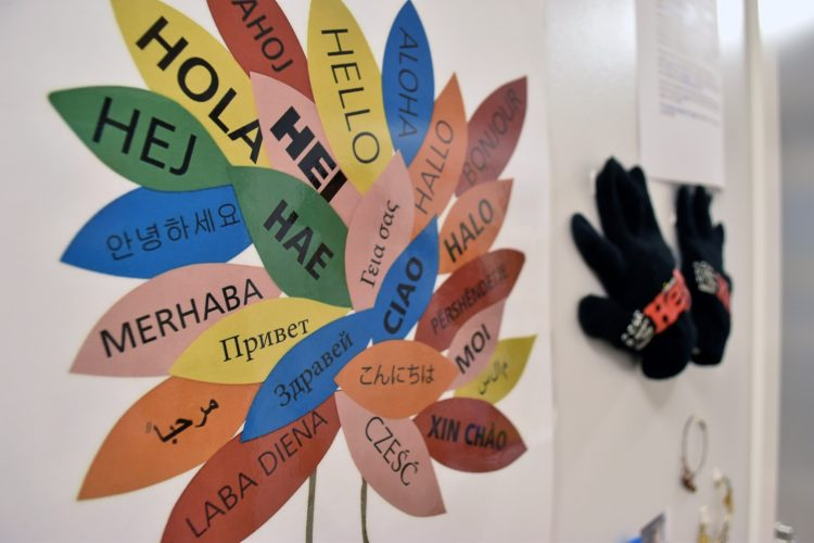 """""""Hej"""" på olika språk på Pärlugglans förskola i Bunkeflostrand."""
