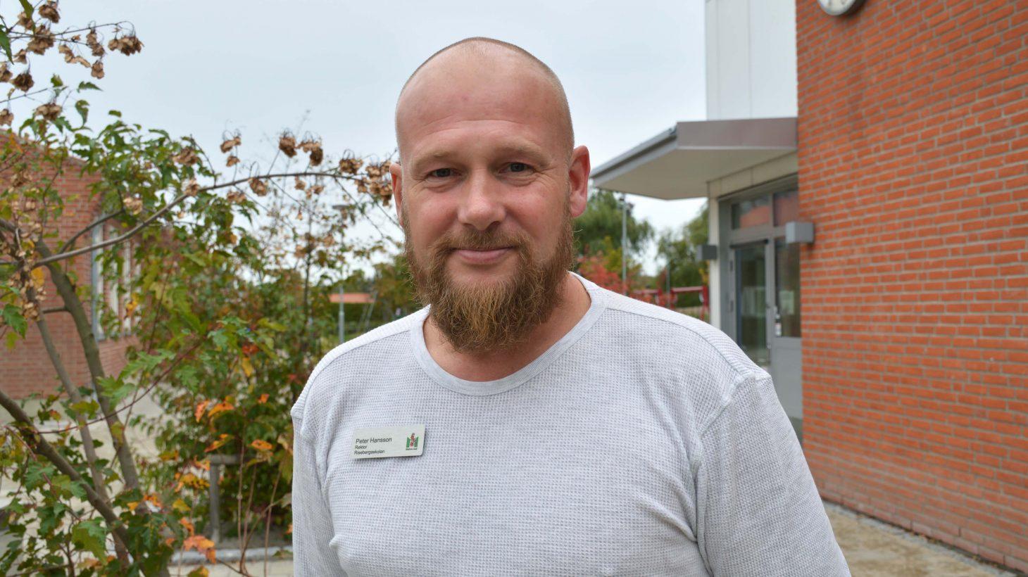 Peter Hansson står framför ingången till Risebergaskolan.
