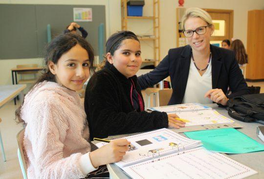 Rosengårdsskolans rektor Cecilia Larsson Ståhl är med Sara Al Khawaja och Fatmed Sleiman på modersmålsundervisningen för årskurs fem.