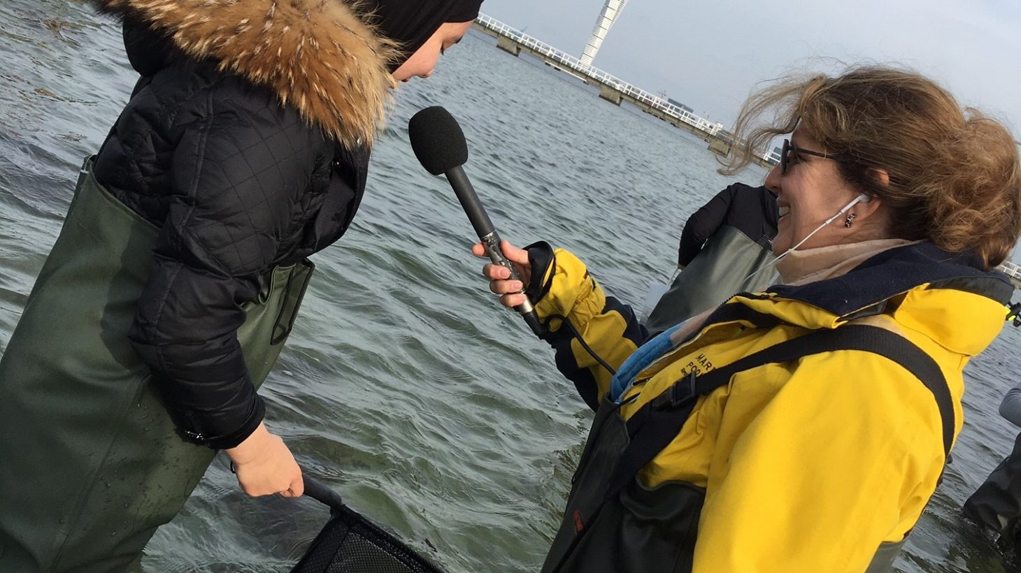Elev med håv i handen blir intervjuad av journalist.