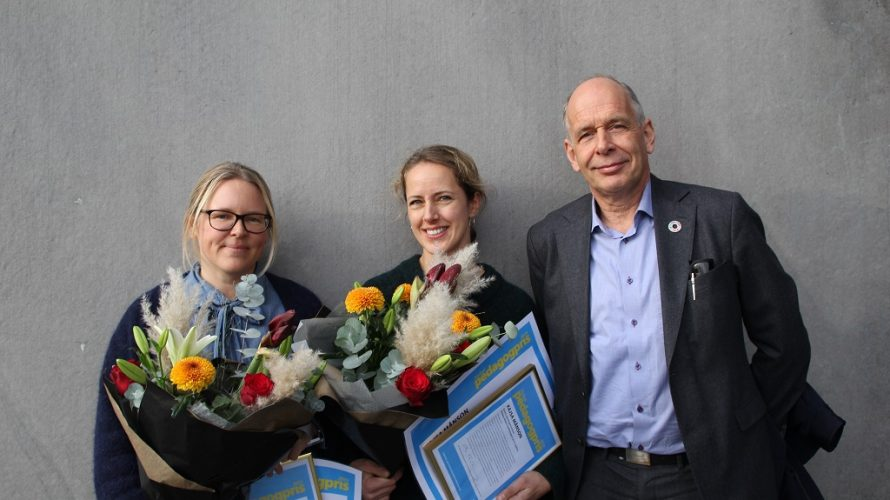 Åsa Falk och Kajsa Månsson med blombuketter och diplom. Lars Rehnberg vid sidan.